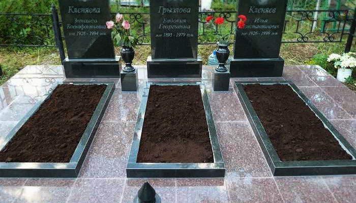 Цветник из гранита на могилу близкого человека, облагородит место захоронения, предоставит возможность выразить скорбь и уважение к умершему. Классическая прямоугольная форма эффектно смотрится в сочетании со многими видами памятников.