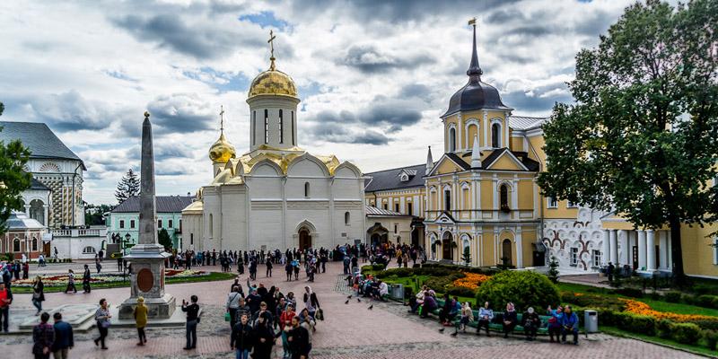 Изготовление и установка памятников в Хотьково. Более 300 вариантов памятников, различные товары – ограждения для могил, цветники, вазы, цоколи.