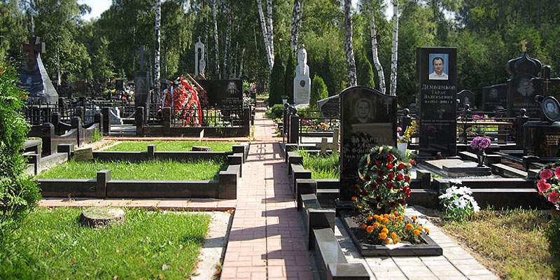 Изготовление элитных комплексов на Калитниковском кладбище в Москве. Гранитный комплекс с установкой на Калитниковском кладбище от завода-изготовителя.