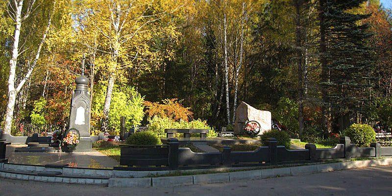 готовление элитных комплексов на Зеленоградском кладбище. Гранитный комплекс с установкой на Зеленоградском кладбище от завода-изготовителя.