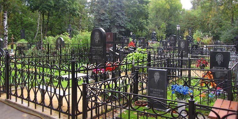 Изготовление элитных памятников на Перовском кладбище в Москве. Гранитный комплекс с установкой на Перовском кладбище от завода-изготовителя.
