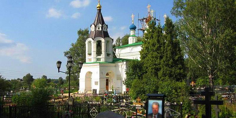 Изготовление элитных памятников на Рождественском кладбище в Москве. Гранитный комплекс с установкой на Рождественском кладбище от завода-изготовителя.