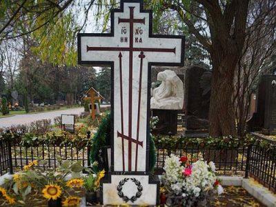 Крест из гранита на кладбище