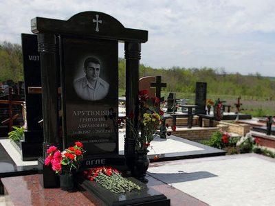 Памятник из камня на могилу