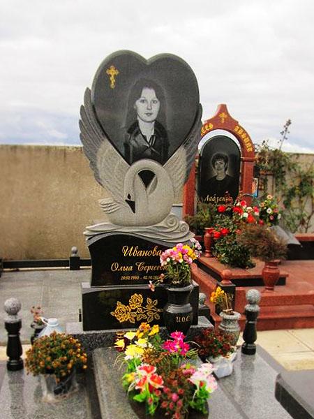 Памятник на могилу с птицей
