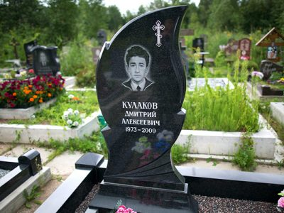Памятник со свечой на могилу