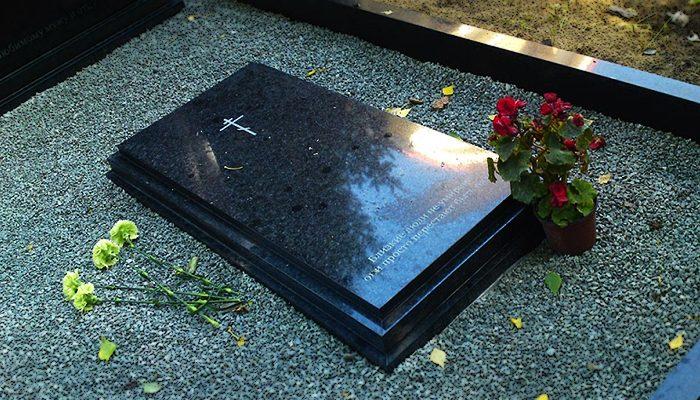 Гранитный цветник на могилу. Классические прямые линии цветника придают ухоженность и строгость мемориальному комплексу.