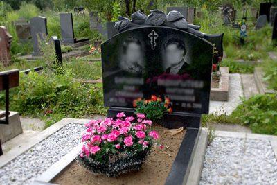Памятник с розами на могилу